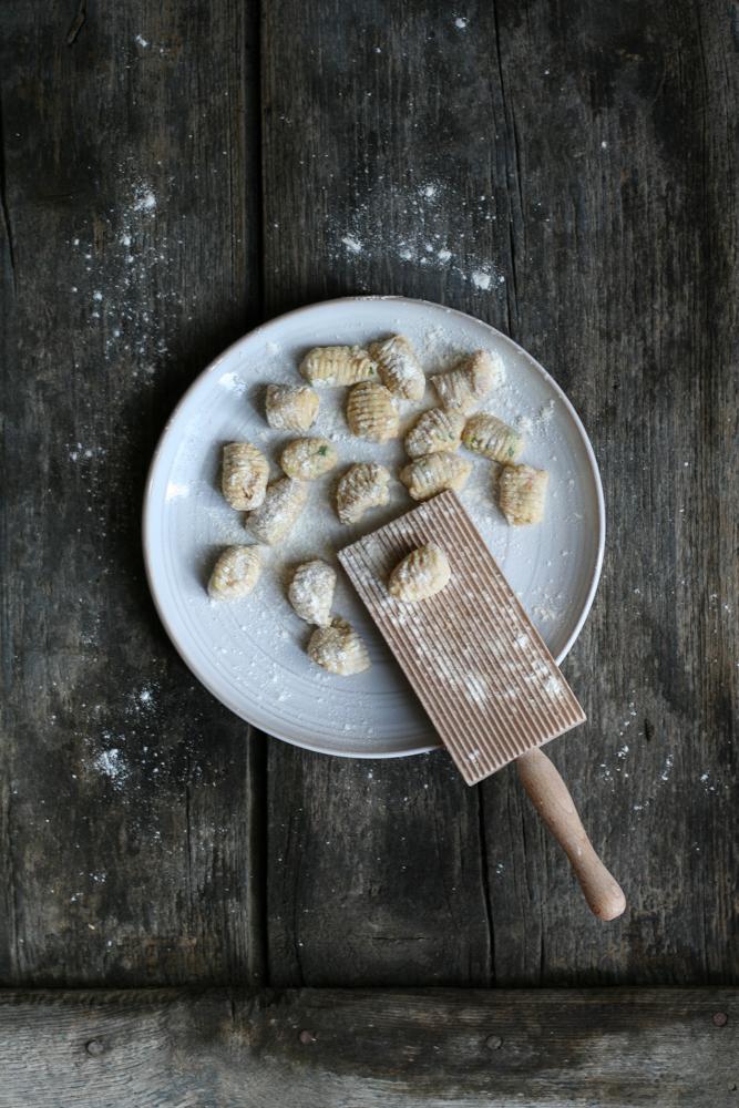 Gnocchetti di pane al basilico e zucchine con pomodori confit e acciughe