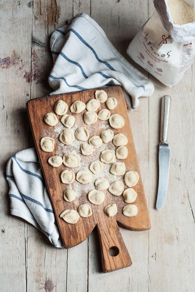 Orecchiette allo zafferano con broccoli, acciughe salate e olive
