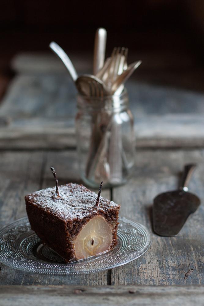 Torta senza glutine con cacao e pere intere