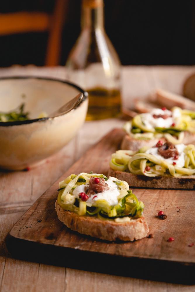 Crostoni con zucchine marinate, stracciatella e alici-2
