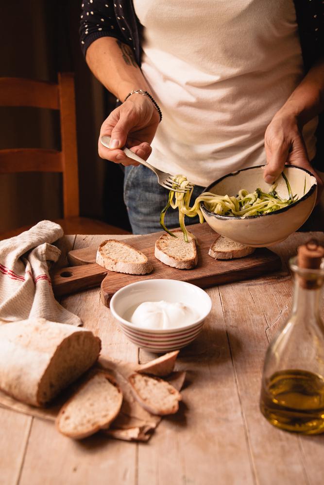 Crostoni con zucchine marinate, stracciatella e alici-4