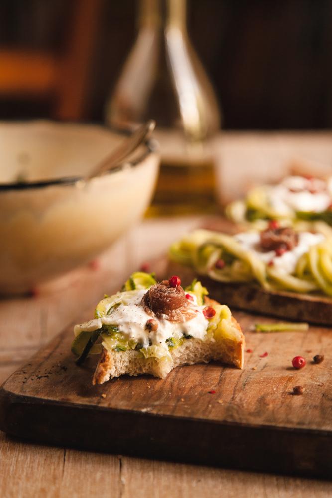 Crostoni con zucchine marinate, stracciatella e alici-6