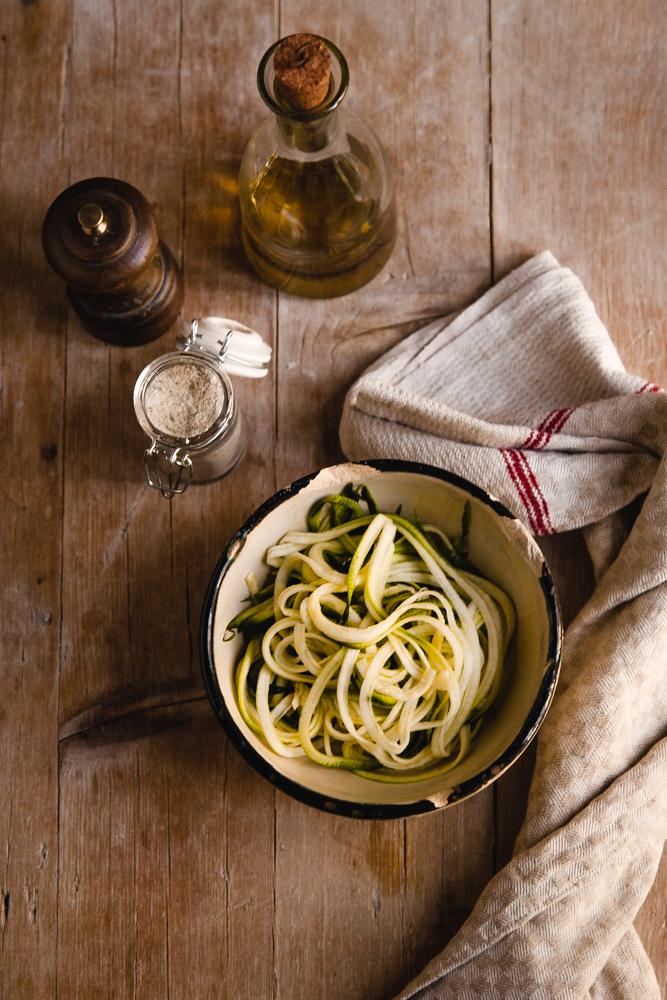 Crostoni con zucchine marinate, stracciatella e alici