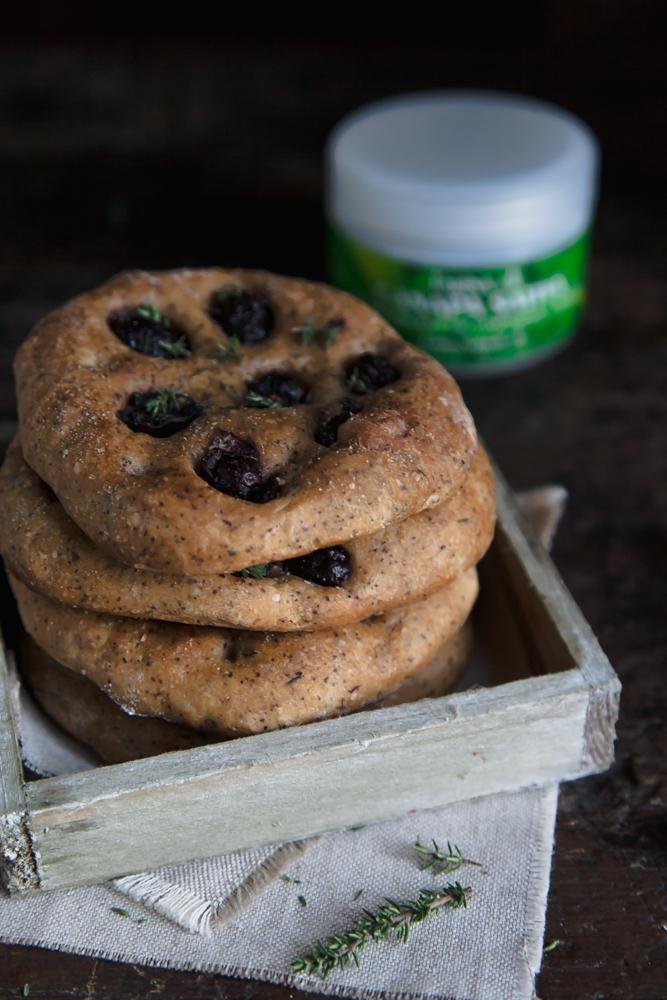 focaccia farina di canapa e olive greche-2