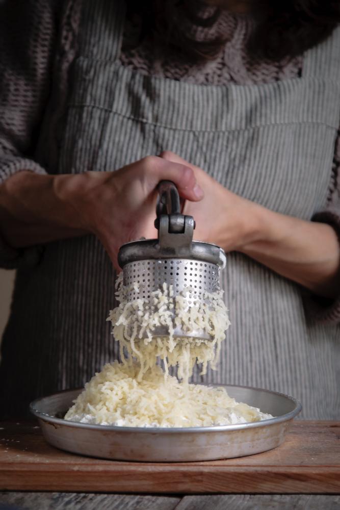 Gnocchi di patate ripieni di fontina con finferli e radicchio brasato-11