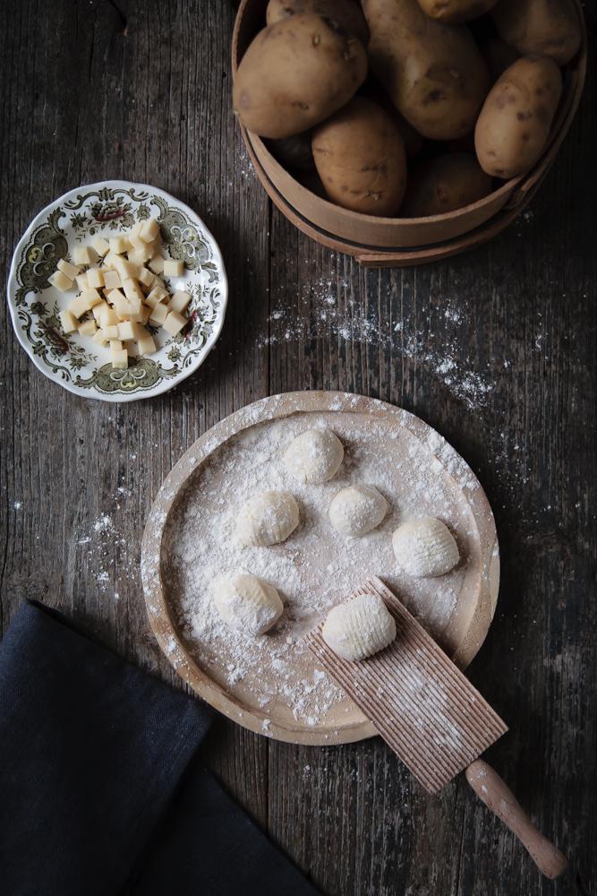 Gnocchi di patate ripieni di fontina con finferli e radicchio brasato-7