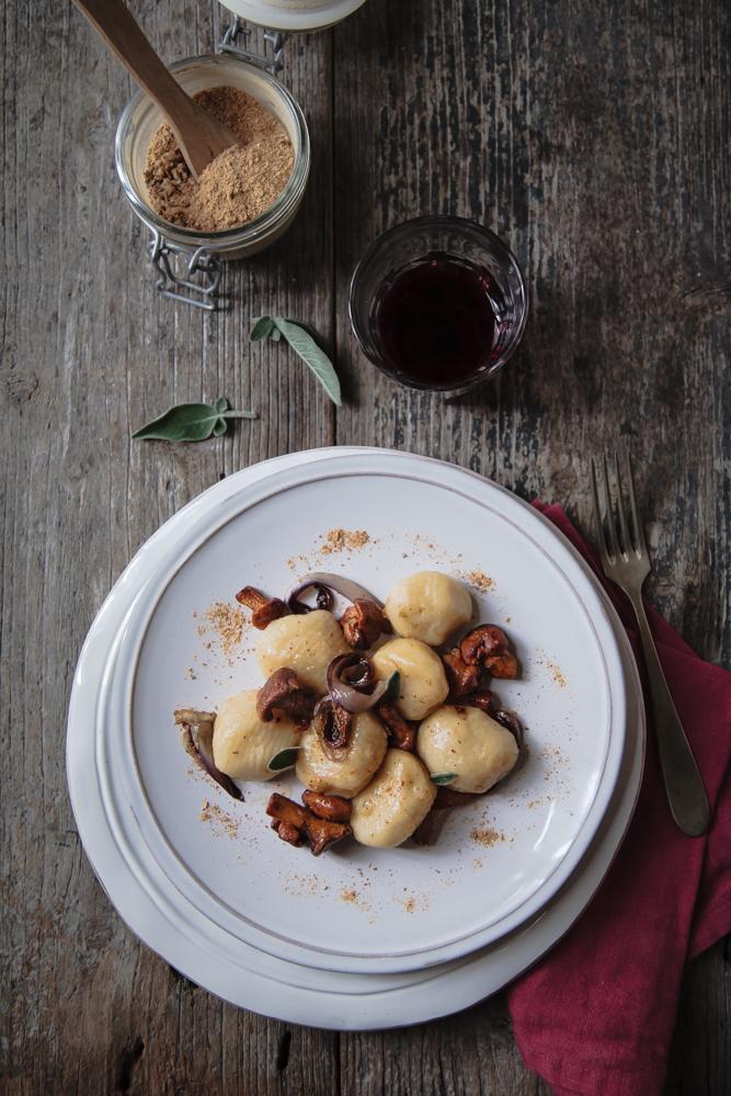 Gnocchi di patate ripieni di fontina con finferli e radicchio brasato-8