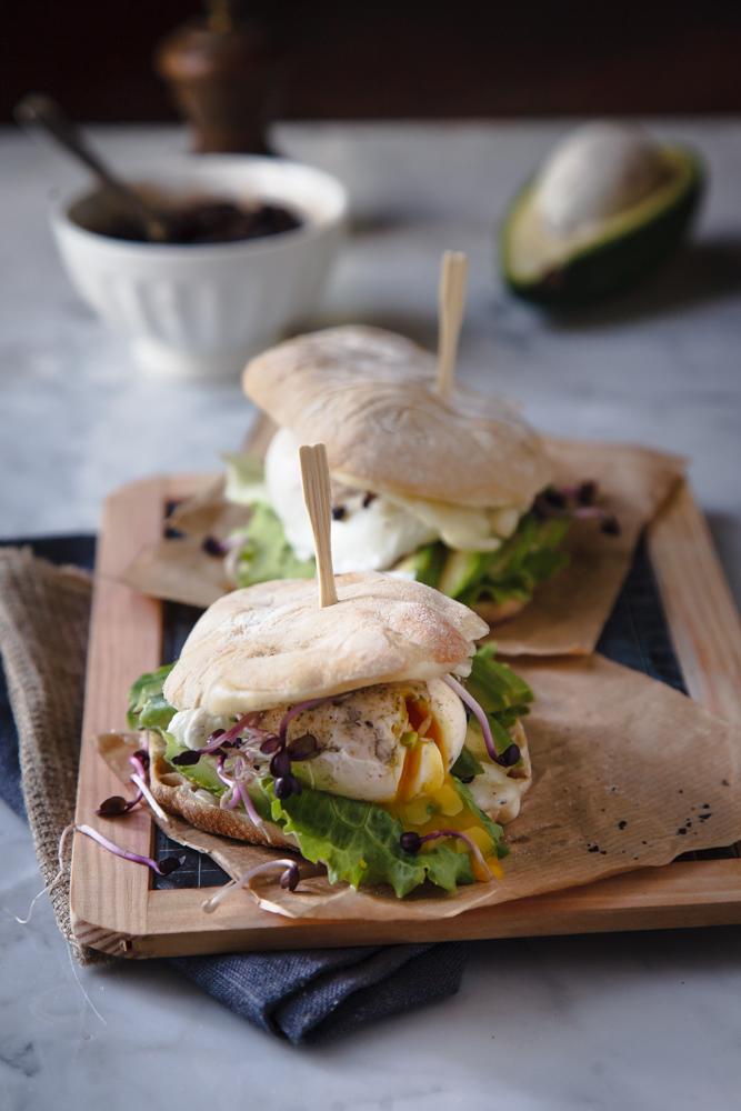 Avocado sandwich con uovo poché, germogli e crema di fagioli neri-8