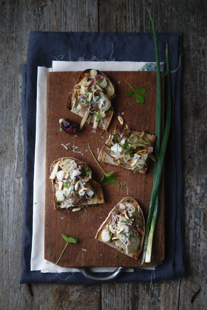 Crostoni con carciofi in vasocottura, cipollotti e pecorino romano-2