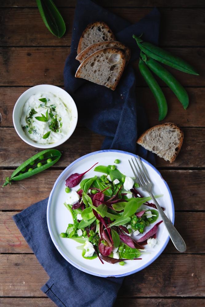 Insalata di piselli novelli e bietole arcobaleno con quartirolo e dip di yogurt greco-2