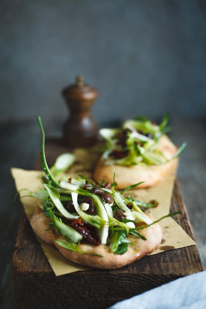 Pan focaccia con puntarelle, olive taggiasche e pomodori secchi-2