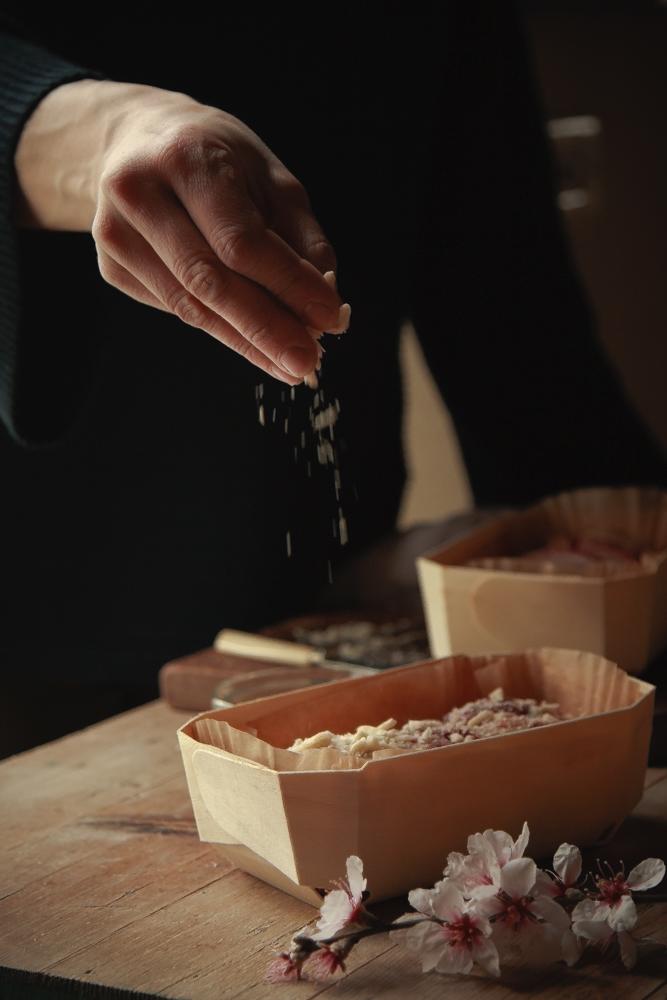 Brioche con marmellata di ribes e mandorle