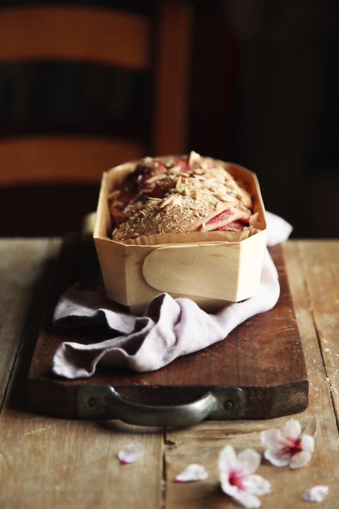 Brioche intrecciata con marmellatta di ribes rosso e mandorle