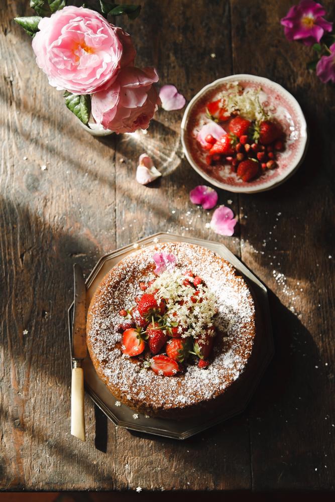 Torta di fragole e farinetta di mais con sciroppo di rosa canina e fiori di sambuco